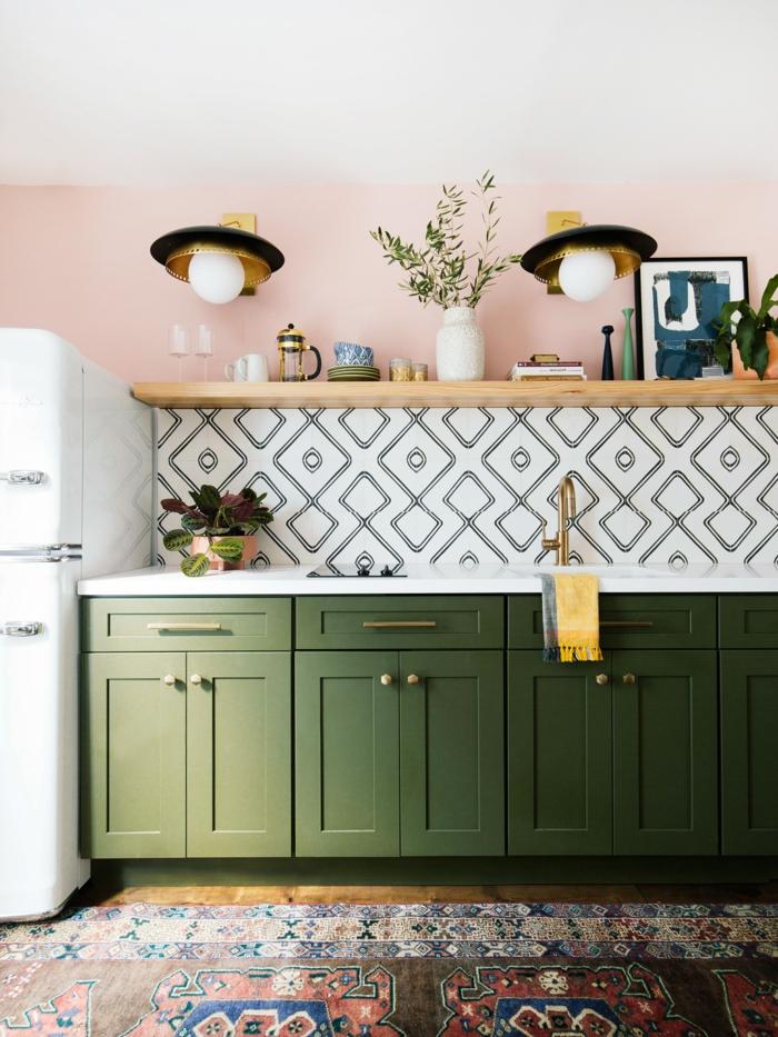 Farbkombination aus grünem Schrank und rosa Wände, geometrische Fliesen, bunter Teppich, Kücheneinrichtung Ideen
