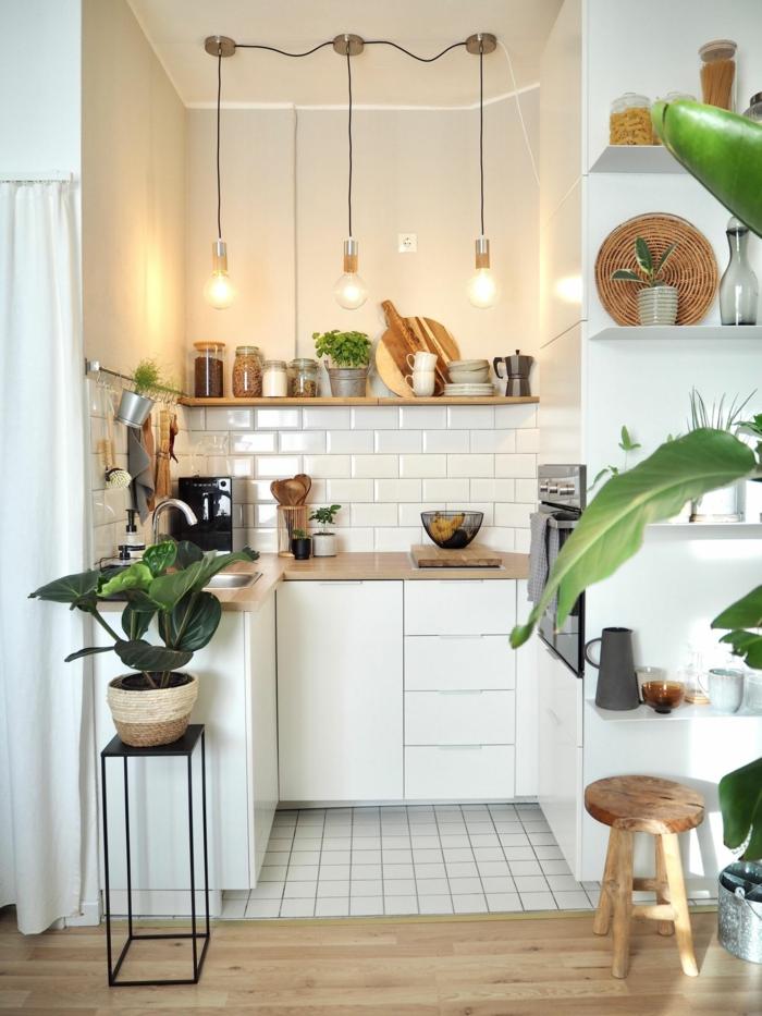 kleine ikea küche inspiration, weiße Schränke mit Arbeitsplatte aus Holz, grüne Pflanze, kleiner Stuhl
