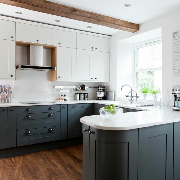Decke mit Holzbalcken, Einrichtung in blauen und weißen Farben, kleine Küche u Form mit Theke