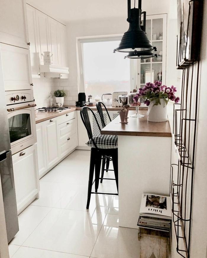 Kleine Küche u Form mit Fenster, weiße und schwarze Farbtöne, minimalistische Inneneinrichtung