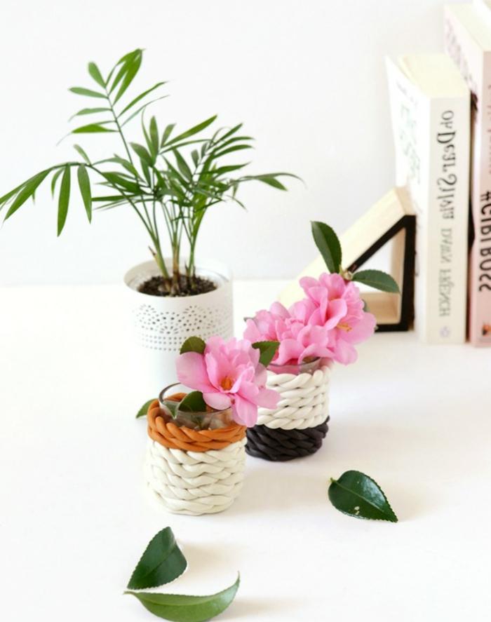 Vase aus Ton selbst basteln, pinke Blumen, grüne Blätter und Pflanzen, Tischdeko Frühling mit Naturmaterialien