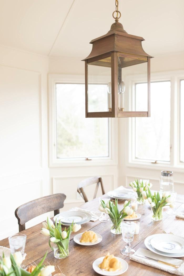 Gedeckter Tisch mit weißen Tulpen, Dekoration für den Frühling, günstige Deko Ideen,