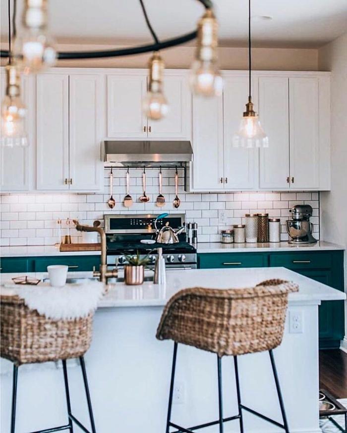 Küchenlösungen für kleine Küchen mit Tisch, blaugrüne und weiße Schränke, hängende Lampen
