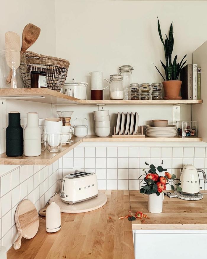 Küchen Innenausstattung mit offenen Regalen und Arbeitsplatte aus Holz, Vase mit roten Blumen