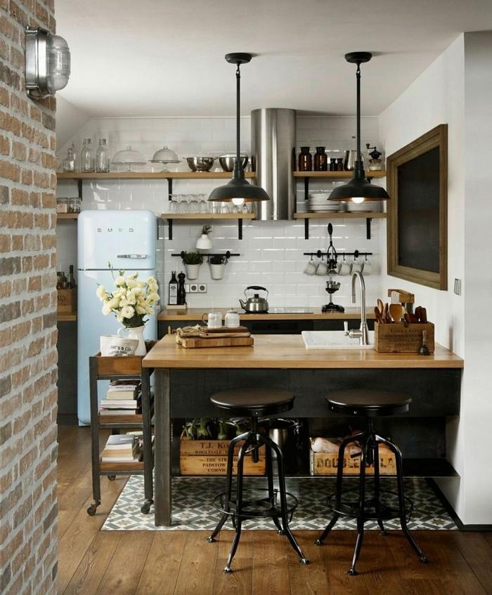 Küche weiß holz, zwei hängende schwarze Lampen, Kücheninsel mit Arbeitsplatte aus Holz