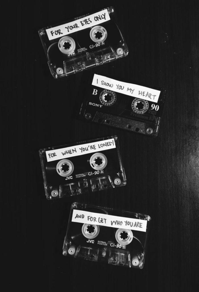 drei Kompaktkassetten mit Aufschriften, aesthetic wallpaper black, schwarz weißes Foto