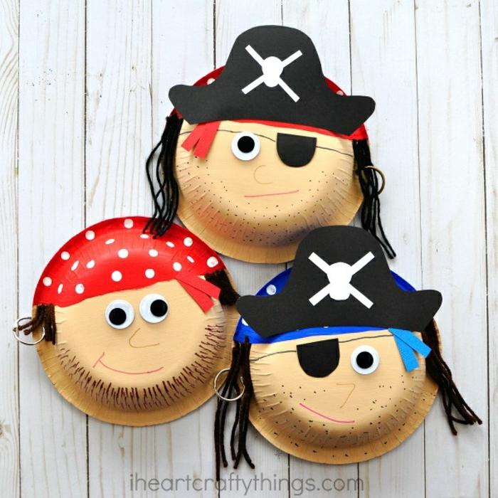 mit Papptellern basteln, drei Piraten mit Mützen aus Teller aus Pappe, kreative Ideen für Kinder