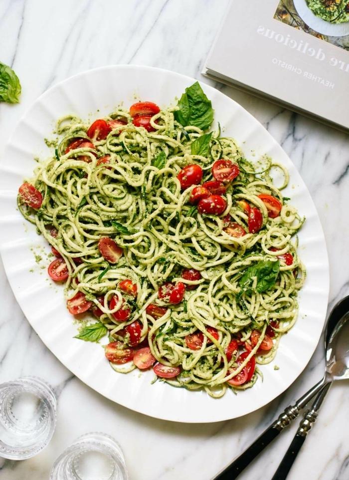 leckere rezept mit zucchini, zudeln mit cherry tomatne und pesto soße