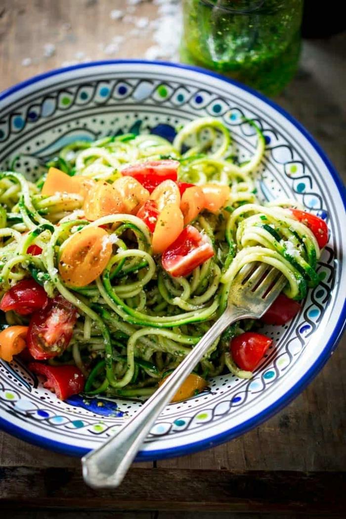 low carb zucchini, gesunder salat mit cherry tomaten, apprika und knoblacuh