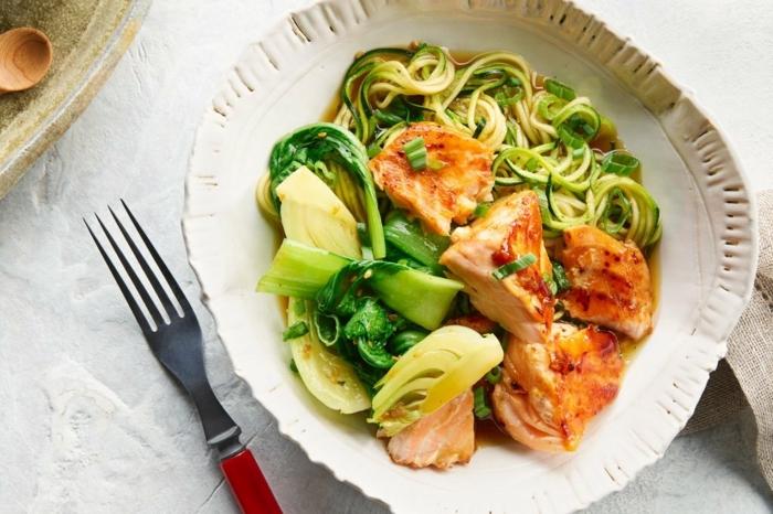 low carb zucchini, lachs mit zudeln, kraut und limetten, gesund essen