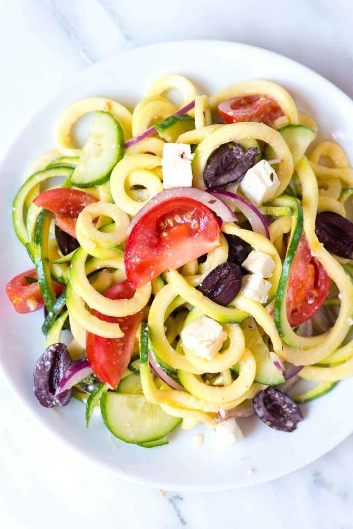 low carb zucchini, leckerer salat mit tomatne, oliven und käse, gesund essen