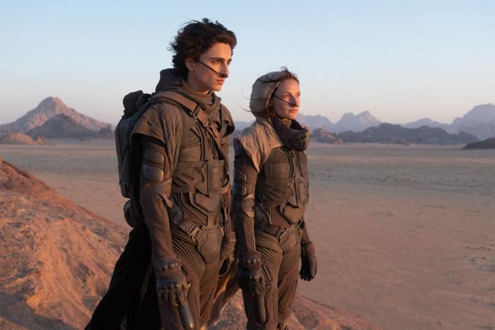 der schauspieler thimotee chalamet in der rolle von paul arteides in dem neuen film dune, ein mann und eine junge frau in wüste