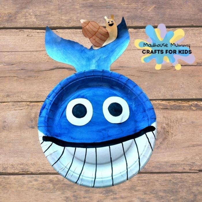 Unterwasserwelt basteln, großer blauer Wal mit Zähnen, kleine Schnecke auf dem Schwanz