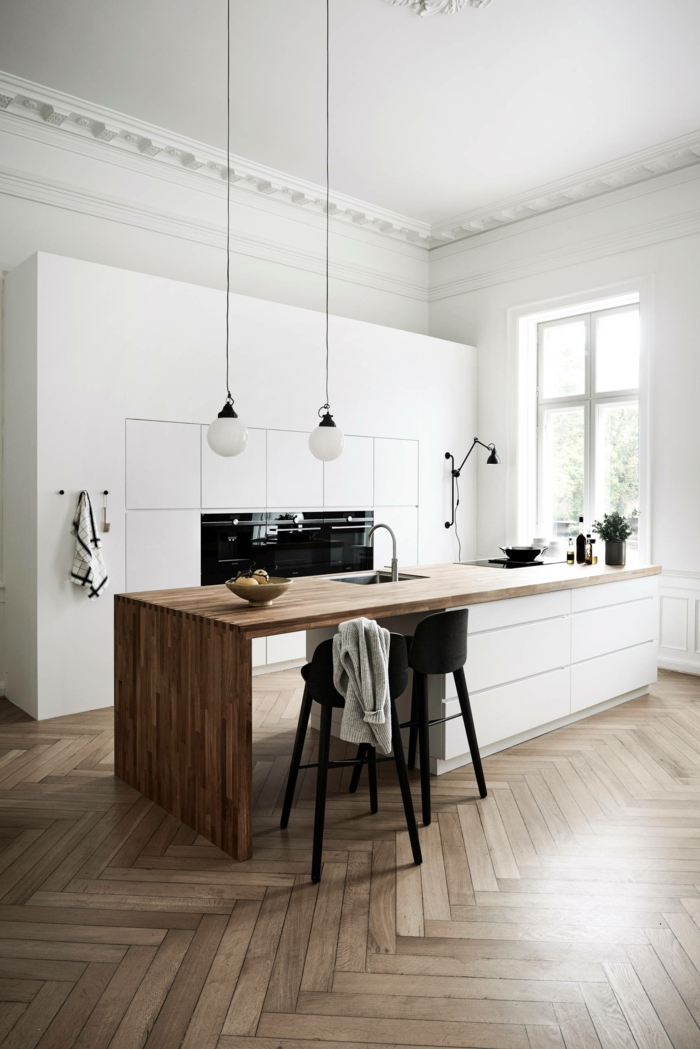 Küche weiß holz, große Kücheninsel mit Holzplatte und Spülbecken, großer weißer Schrank