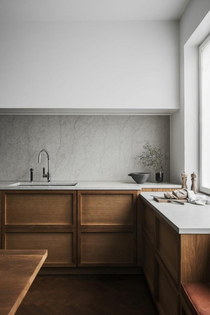 Küche l Form mit Fenster, Küchenschränke in holz und weiß, modern und schlichte Innenausttatung