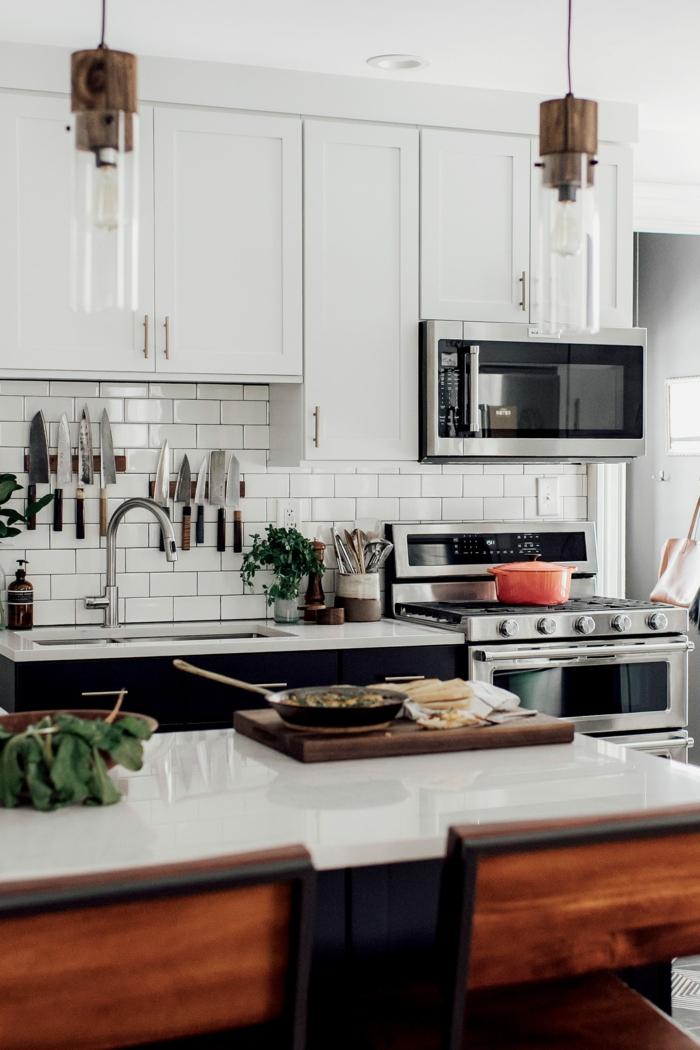 Kücheninsel mit weißer Arbeitsplatte, Stühle aus Holz, Küchenschränke in weißer Farbe, Pinterest Küche