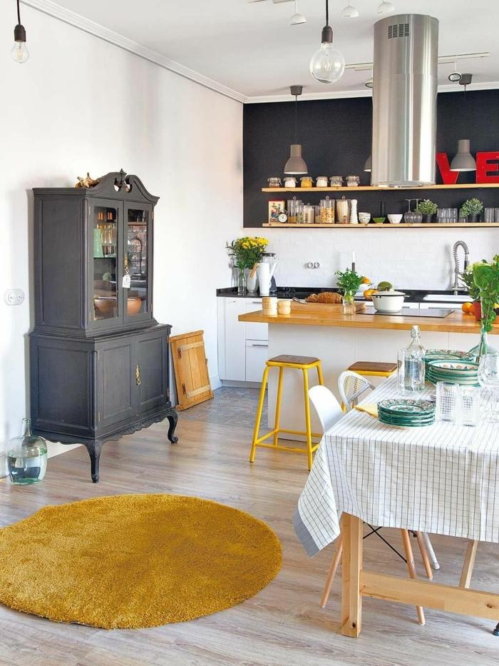 Farbkombination aus grauem Schrank und gelbem Teppich und Stühle, Küchen Design Ideen