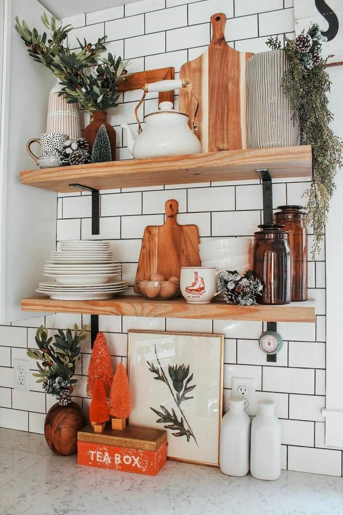 Ideen für die Gestaltung der Küche, zwei Regale mit Tellern und Schneidebretter, Deko für die Wohnung
