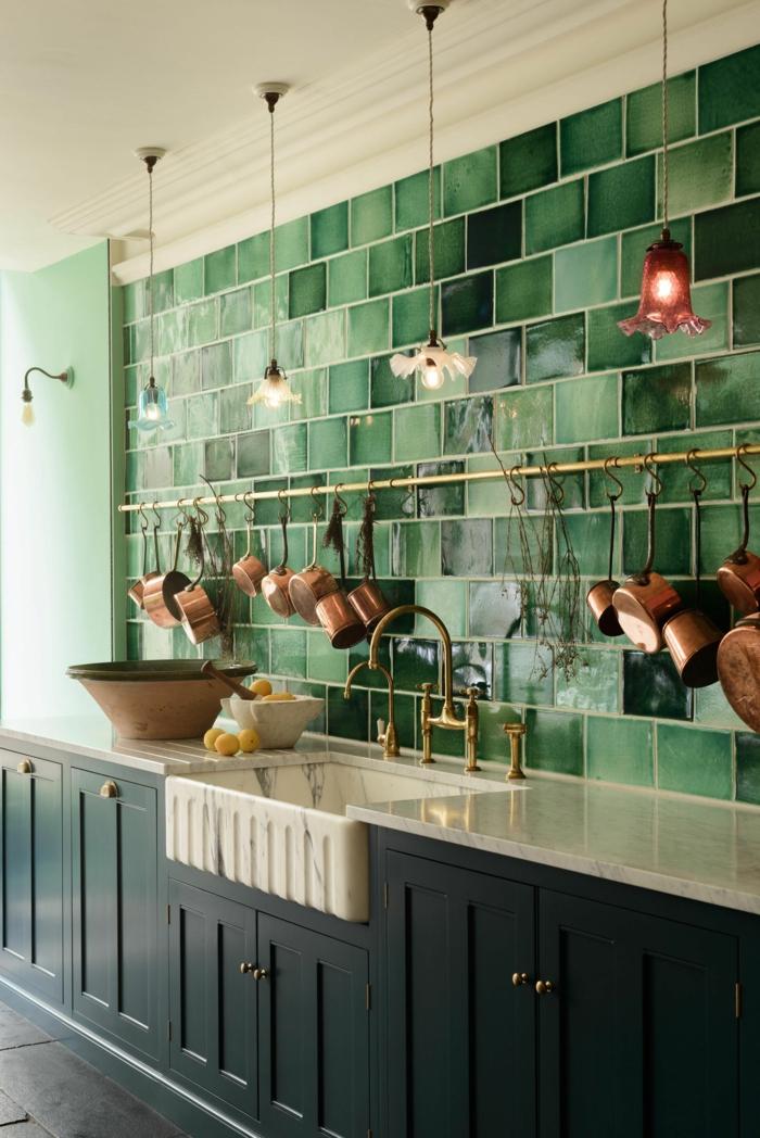 Küchen Inspiration, grüne Fliesen und blaue Küchenschränke, aufgehängte Pfannen aus Kupfer,