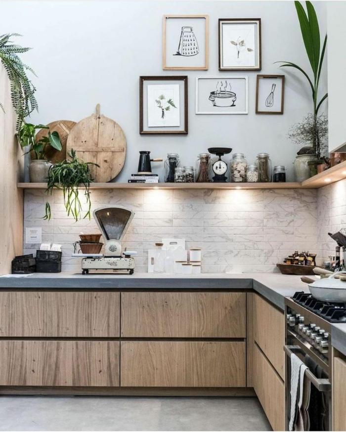 Tendenzen für Innenarchitektur 2020, offenen Regale, aufgehängte Bilder an die Wand, kleine moderne Küche, alter Wiege, Dekoration mit grünen Pflanzen