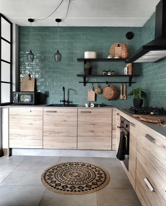 kleine Wohnküche Ideen, dunkelgrüne Fliesen in Kombination mit Küchenschränken in Holzfarbe