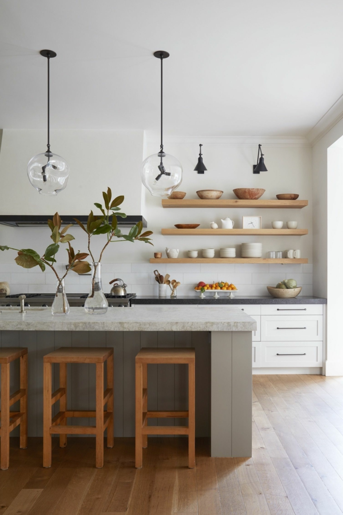 Küche dekorieren Tipps, Design mit neutralen Farben, Tendenz von offenen Regalen, große Kücheninsel mit Stühlen