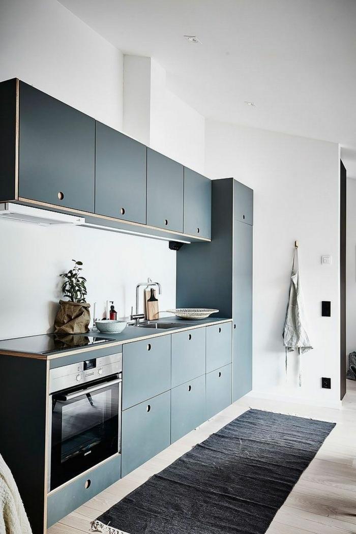 minimalistische Innenarchitektur, Designer Küchen Inspiration, schwarzer Teppich, Küchenschränke in dunkler Farbe