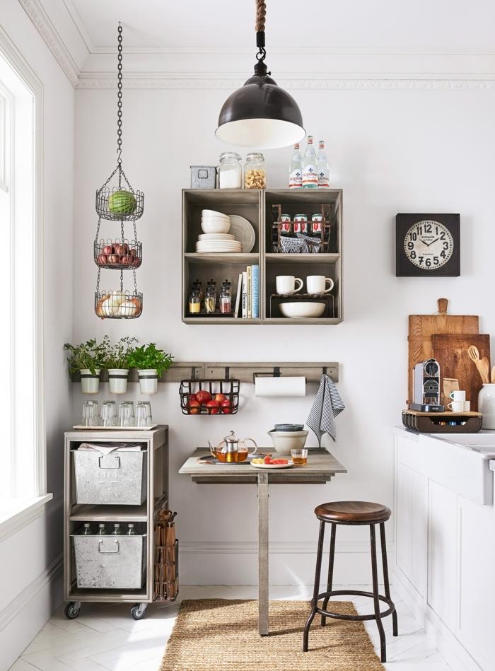 kleine Küche einrichten, kleiner Esstisch, schöne und moder Deko Tipps und Ideen, schwarze Lampe