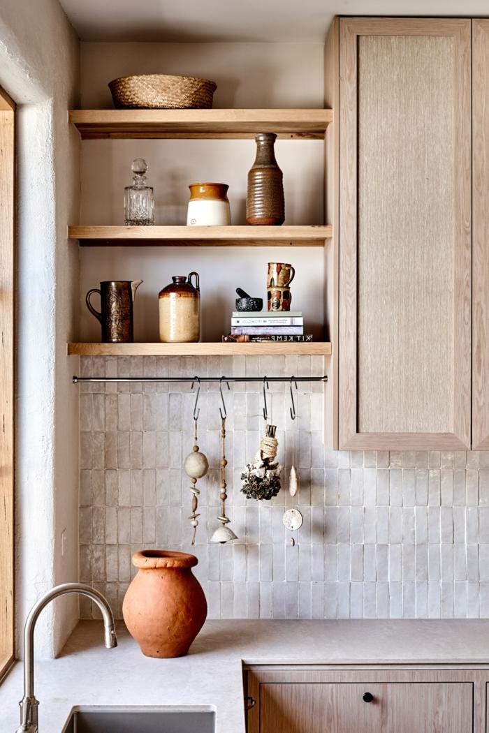 Interior Design im rustikalen minimalistischen Stil, elegante warme creme Farben, monochrome Einrichtung