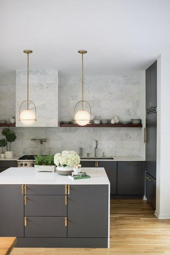 Monochrome Einrichtung in grauen Farben, kleine Kücheninsel mit weißen Blumen, Ikea Küchen Ideen