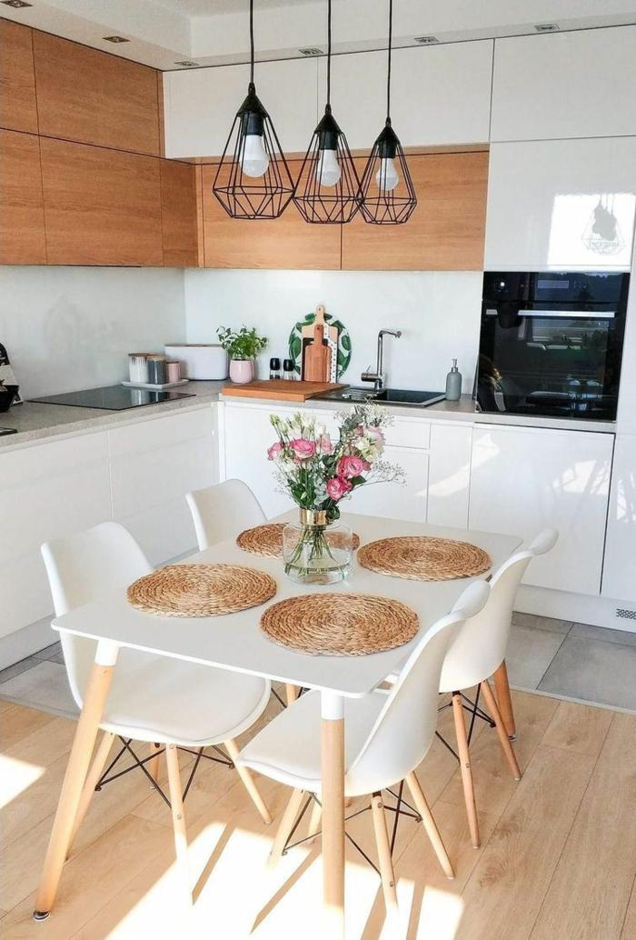 Kücheneinrichtung Ideen, drei hängende schwarze Lampen, Küche in l Form mit kleinem Esstisch