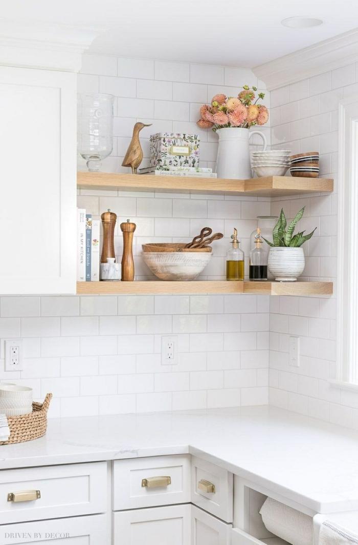 weiße Vase mit rosa Blumen, Tendenz von offenen Regalen, Küche l Form mit Fenster