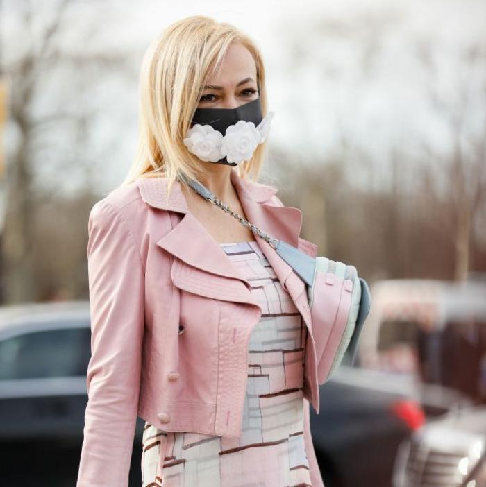 elegante Dame in pinke Jacke und Kleid, Mundschutz Maske schwarz mit weißen Blumen