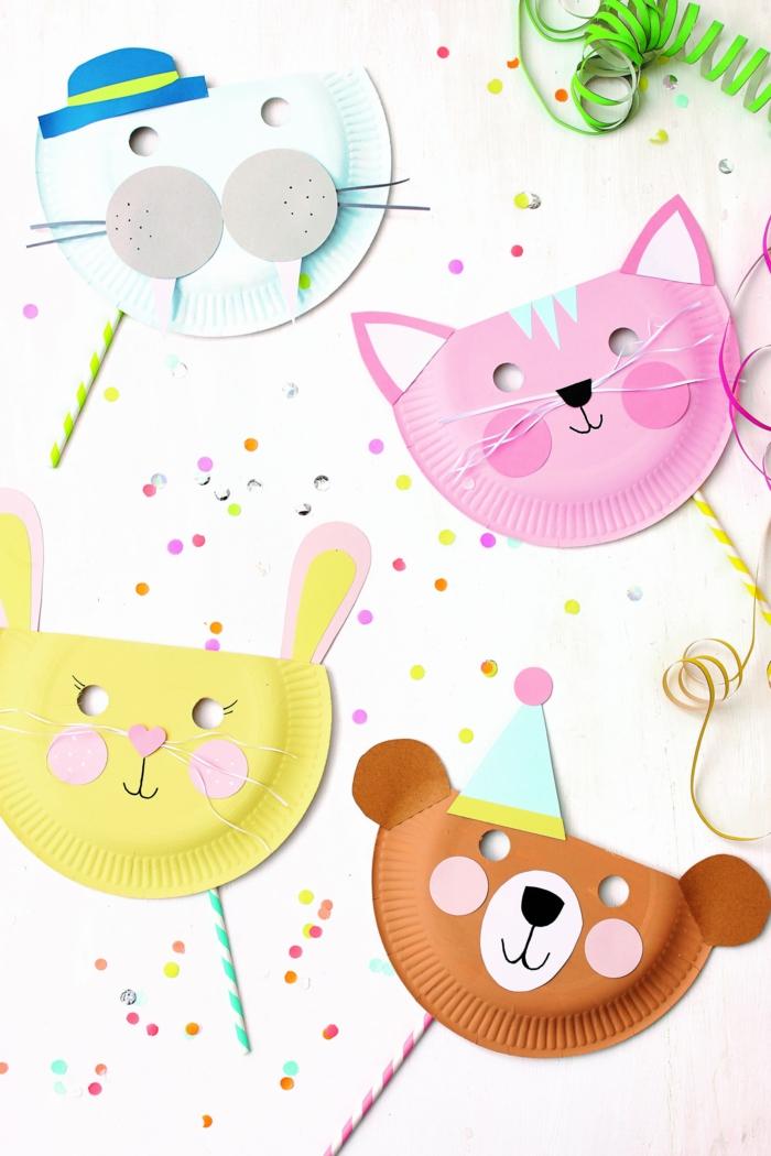 vier verschiedene bunte Masken von Tiere aus Papptellern, Katze und Hase, Bastelideen für Kinder