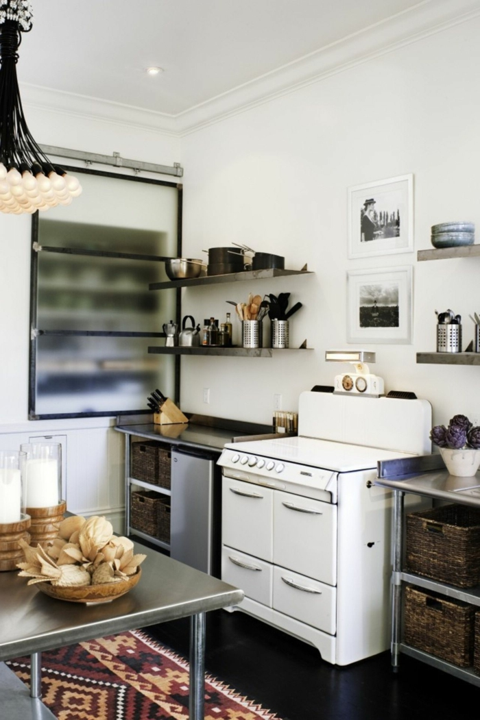 Moderne Küchen Bilder, weißer Offen, offene Regale mit Besteck und Tellern, bunter Teppich