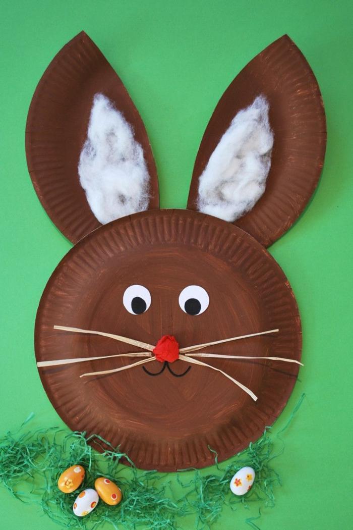 Pappteller Hase basteln in brauner Farben mit weißen Ohren und roter Nase, kleine Ostereier,