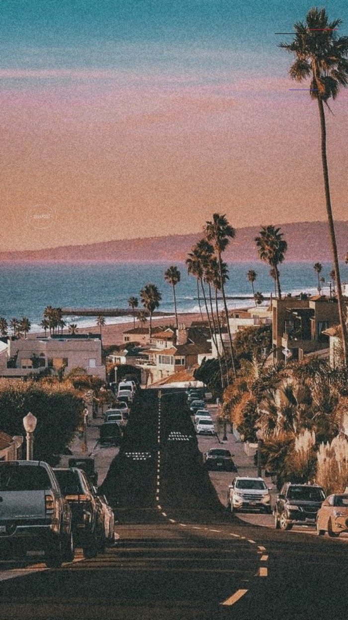 Straße mit vielen Autos, Strand und Meer im Hintergrund, große Palmen, aesthetic Backgrounds,