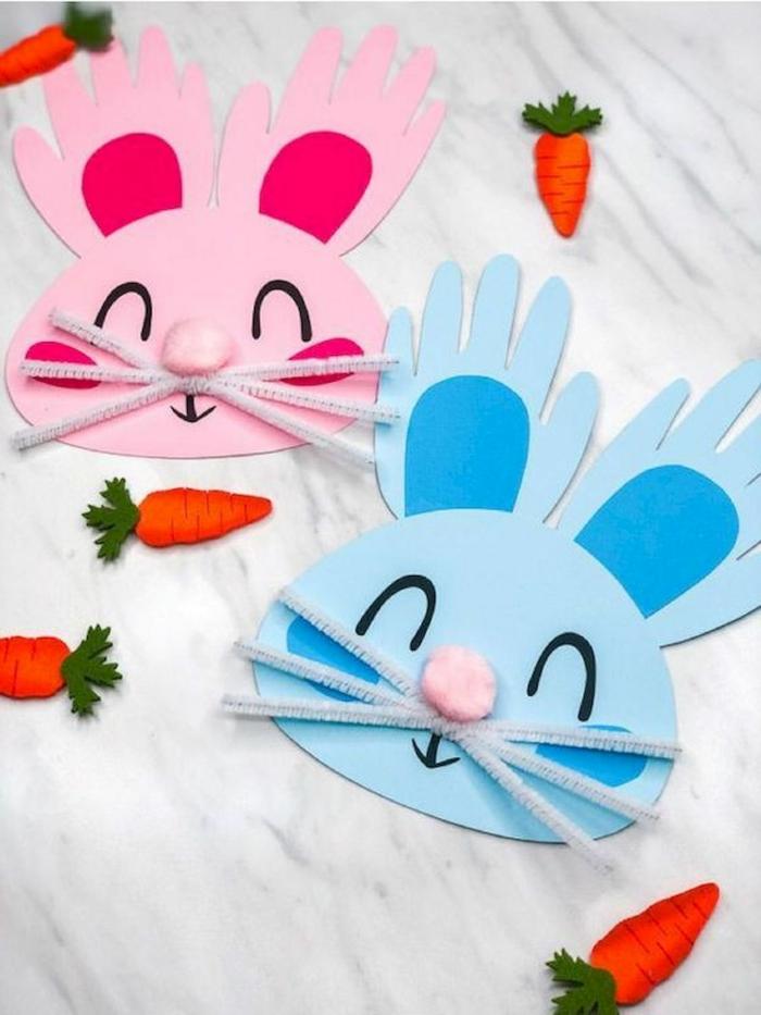 Pappteller Hase basteln in blaue und pinke Farben, Ohren aus Handabdrücke, DIY Ideen