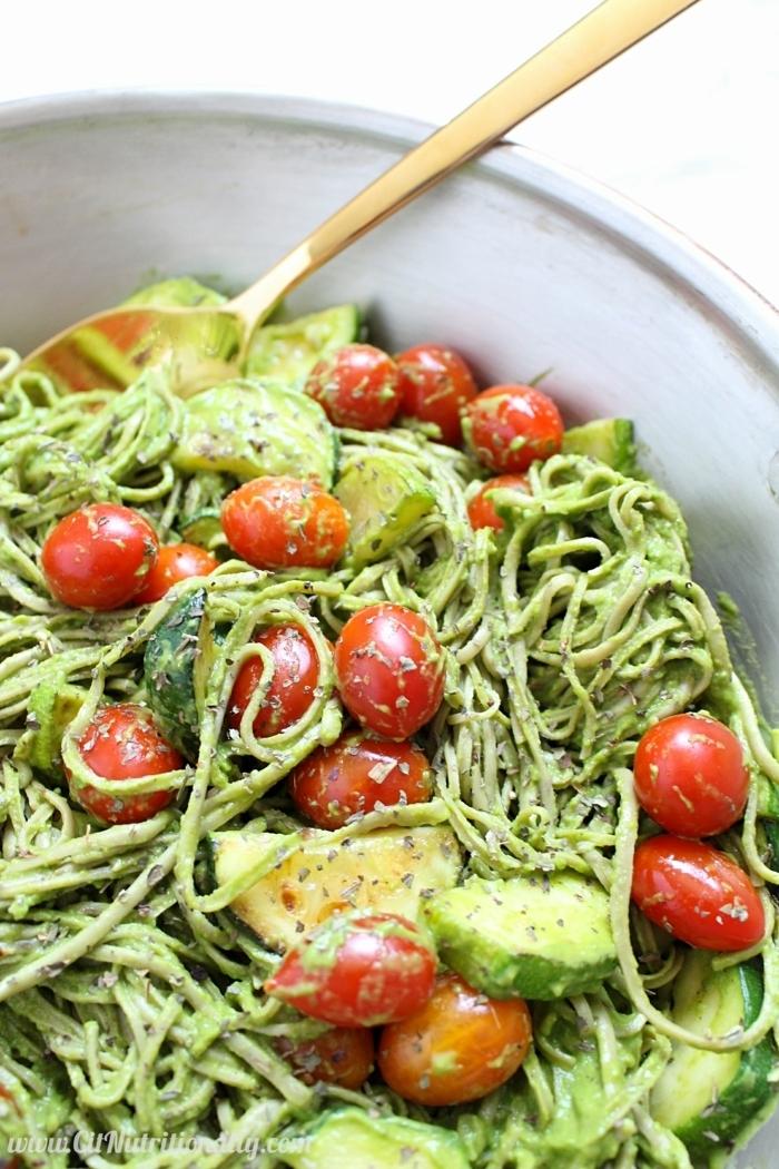 pasta mit zucchini und tomaten, gesunder salat mit pesto soße und limetten