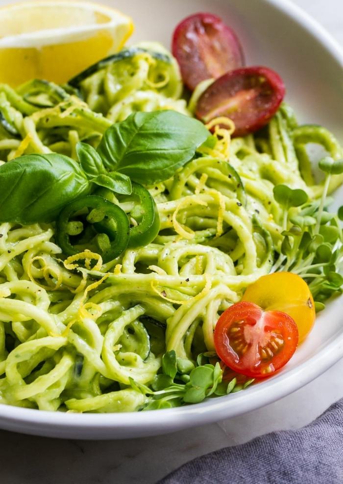 pasta mit zucchini und tomaten, leckere vegetarische gerichte, pesto salat mit basilikum