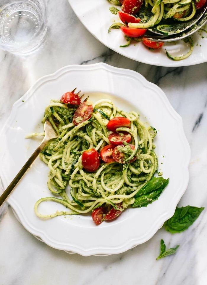 pasta mit zucchini und tomaten, leckere low carb rezepte für jeden tag, mittagessen ideen