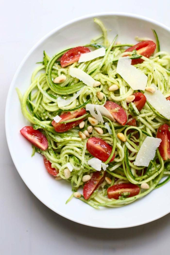 pasta mit zucchini und tomaten, gesunder salat, low carb spaghetti, zudeln