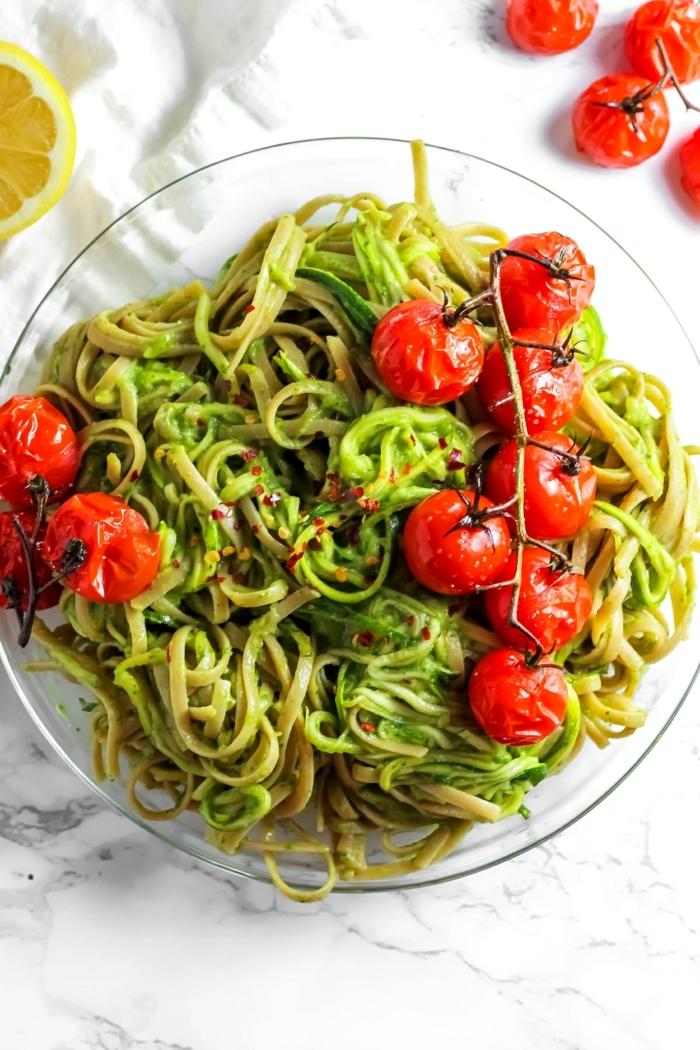 pasta mit zucchini und tomaten, vegetarische gerichte, gesund essen