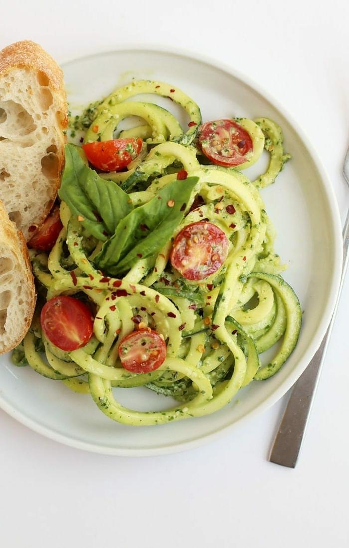 pasta mit zucchini und tomaten, vegetarische gerichte, low carb essen ideen