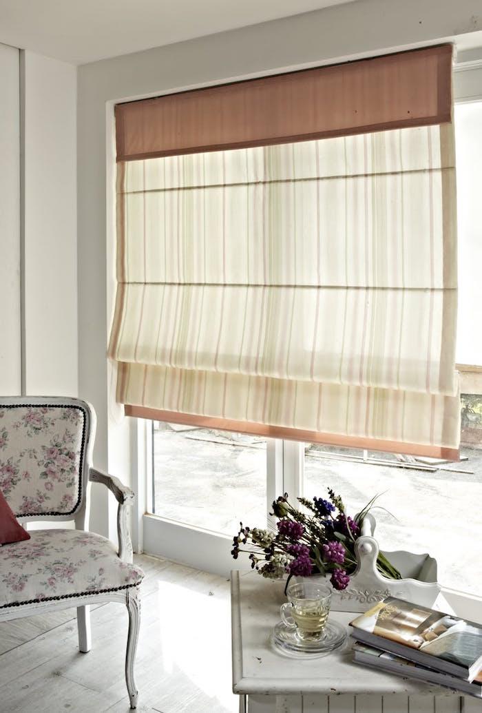 Rollos in Beige fürs Wohnzimmer, Klassiker unter Sonnenschutzprodukten