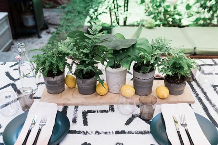 sechs Blumenkübel selber machen, vier Zitronen, gedeckter Tisch mit einem Herzstück,