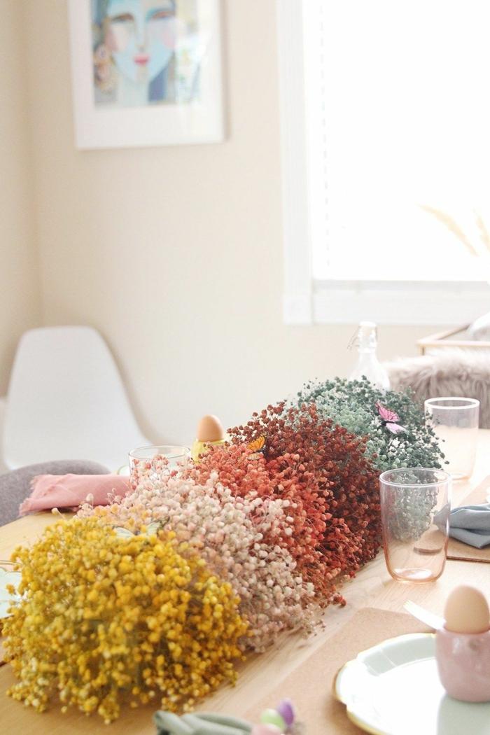 Tischdeko Frühling mit Naturmaterialien, Gipskräuter in verschiedenen Farben, Wohnung dekorieren