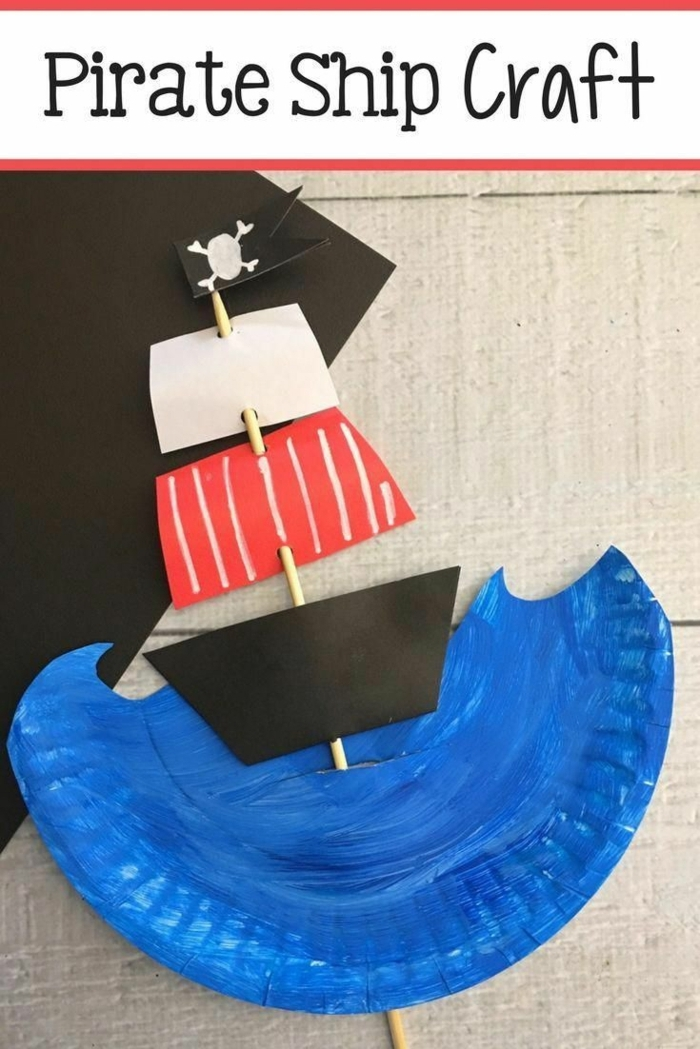 Piratenschiff und Meer mit Pappteller basteln für Kinder, schwarze Piraten Fahne mit einem Schädel