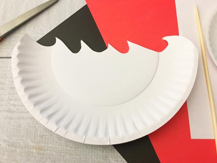 DIY Anleitung zum basteln von Piratenschiff, aufgeschnittener weißer Pappteller für Meer mit Wellen