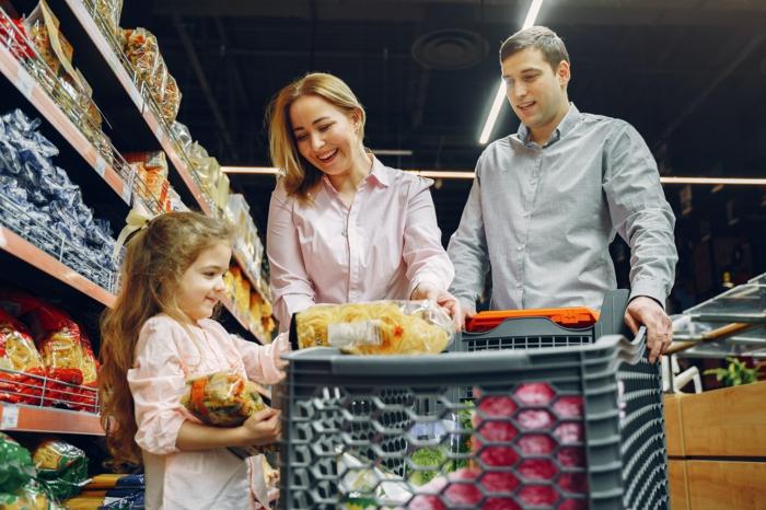 Familie kauft in einem Supermarkt Lebensmittel ein, Real Angebote Getränke Bier, Real Prospekt